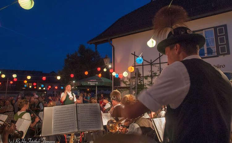 Musikkapelle beim Leuchtbrunnenfest