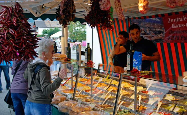 Exotische Speisen beim Rupertimarkt in Piding